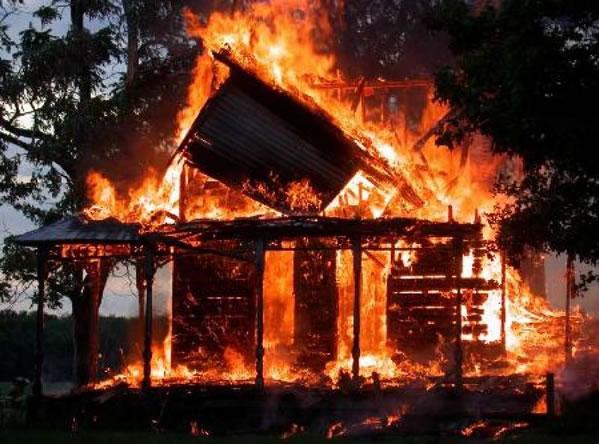 Casa quemada por el fuego, necesitamos ayudar